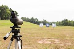 Portata di macchia sul treppiede al target di riferimento all'aperto di tiro con l'arco fotografia stock libera da diritti