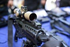 Portata su un fucile di assalto tattico fotografia stock