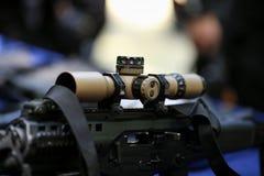 Portata su un fucile di assalto tattico immagini stock