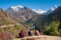 Portatore che si rilassa, con la vista sbalorditiva dell'Himalaya, il Nepal Fotografia Stock Libera da Diritti