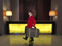 Portatore, responsabile dei bagagli, impiegato di hotel, lavoratore della località di soggiorno di lusso Immagini Stock Libere da Diritti