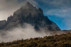 Portatori di Kilimanjaro che si avvicinano a Mawenzi Immagine Stock Libera da Diritti