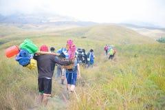 Portatori di Lombok lungo la strada alla cima Immagini Stock