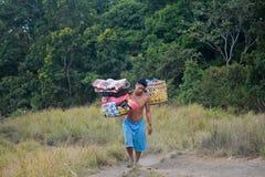 Portatori di Lombok lungo la strada alla cima Fotografia Stock