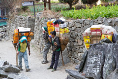 Portatori nel Nepal fotografie stock