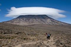 Portatori sulla sella Kilimanjaro Immagini Stock Libere da Diritti