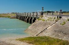 桥梁在Portbail诺曼底法国在一个晴天 库存照片