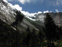 Porte à la formation de montagne de ciel en Himalaya Photographie stock