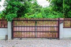 Porte à la maison de bois artificiel Photo libre de droits