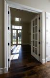 Porte à la maison moderne neuve vide photos stock