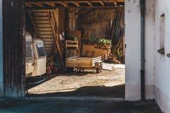 Porte à un openGate large de vieille auberge à une vieille auberge grande ouverte, au coucher du soleil photos stock