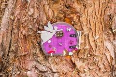 Porte à une cabane dans un arbre féerique Photos stock