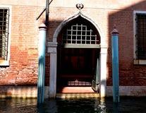 Porte élaborée au canal de Venise Image libre de droits