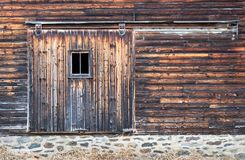 Porte affligée de panneau de grange avec la fenêtre Images stock