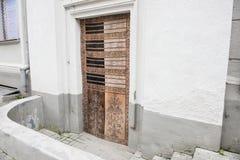 Porte antique d'un bâtiment commercial Images libres de droits