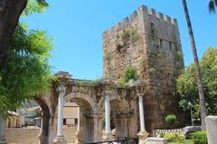 Porte antique de l'empereur romain Adrian au centre de la ville d'Antalya, Tur photos libres de droits