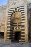 Porte antique de la vieille citadelle d'Aleppo Photo stock
