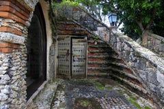 Porte antique en bois dans Altos de Chavon Photos libres de droits