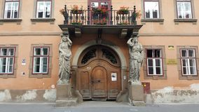 Porte antique fleurie photo stock