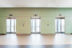 Porte aperte e chiuse dell'elevatore dell'edificio per uffici del metallo del cromo Fotografia Stock