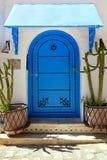 Porte arabe antique avec des cactus Photo stock