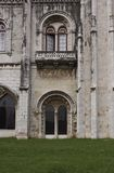 Porte arquée sur la façade du monastère de Jeronimos Images libres de droits