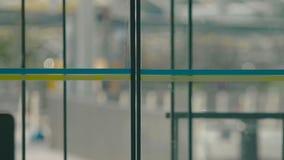 Porte automatiche che si aprono e che si chiudono al terminale di aeroporto, uscita dell'entrata, accesso video d archivio