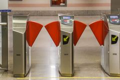Porte automatique pour l'entrée de station de train de métro Photographie stock