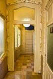 Porte avec le cadre décoratif dans la maison Mila Hallway Images stock