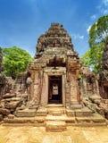 Porte avec le découpage du temple antique de som de ventres, Angkor, Cambodge Photos stock