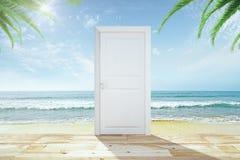 Porte avec le plancher en bois à un ciel avec une plage et un océan image stock