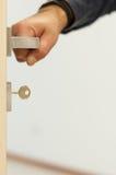 Porte avec une main sur la poignée Photographie stock libre de droits