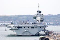Porte-avions dans le port Images stock