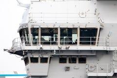 Porte-avions dans le port image libre de droits