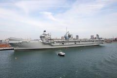Porte-avions dans le port photographie stock libre de droits