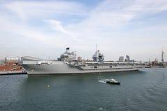 Porte-avions dans le port photos libres de droits