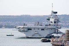 Porte-avions dans le port Image stock