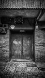 Porte - bâtiment en béton abandonné image libre de droits