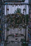 Porte barrée avec beaucoup de serrures photos libres de droits