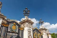 Porte, barrière et réverbère Photo stock