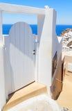 Porte bianche contro la vista del mare alla città di OIA, Santorini, Grecia Fotografie Stock