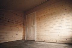 Porte blanche dans la pièce vide sombre, intérieur en bois Photographie stock