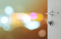 Porte blanche ouverte pour soustraire le fond avec les lumières defocused de bokeh Images libres de droits