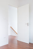 Porte blanche, plancher en bois vers le bas à l'escalier dans la maison moderne, style minimaliste Image stock
