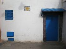 Porte bleue au Maroc images stock