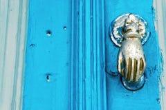 Porte bleue avec la main en bronze dans Kairouan, Tunisie photographie stock