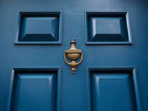Porte bleue avec le heurtoir image stock