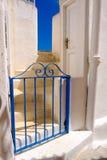 Porte bleue de bleu de fer à une maison blanche Photographie stock
