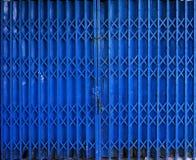 Porte bleue de porte de pliage escamotable image stock