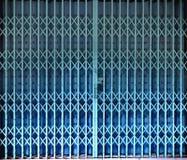 Porte bleue de porte de pliage escamotable photographie stock